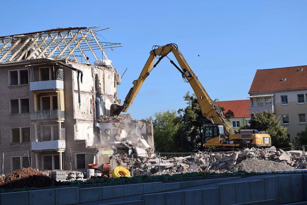 Демонтаж строений в местах плотной застройки